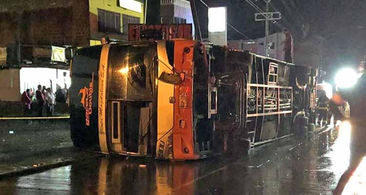 Se volcó bus de dos pisos en Armenia