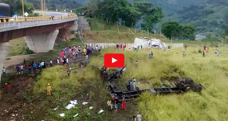 Tractocamión cayó desde el nuevo puente helicoidal en Calarcá (1)