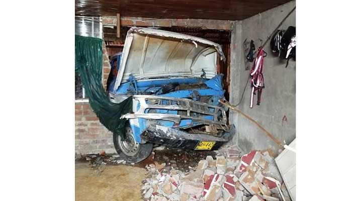 Camioneta se fue contra una casa en Armenia y dejó 4 personas heridas