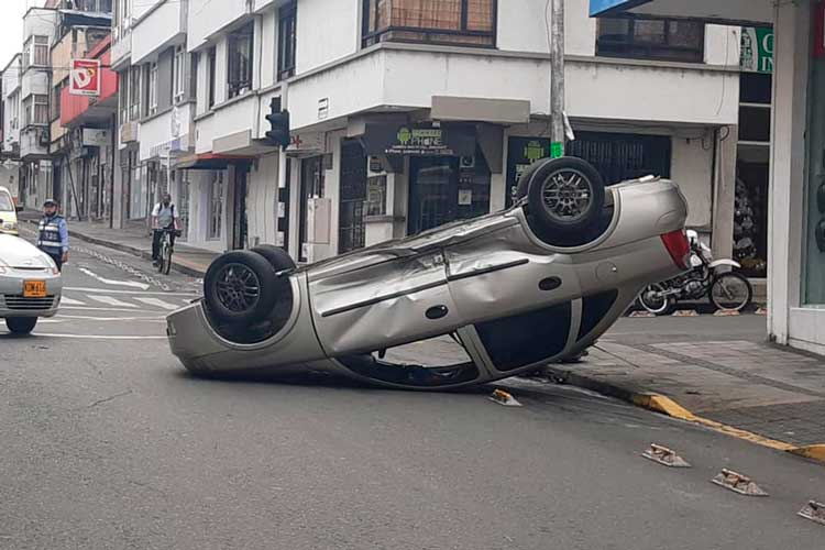 Aparatoso accidente en pleno centro de Armenia