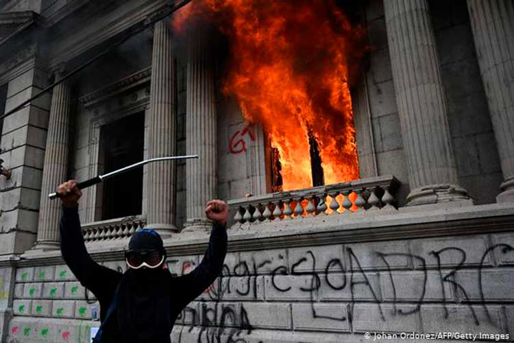 Manifestantes quemaron el Congreso en Guatemala