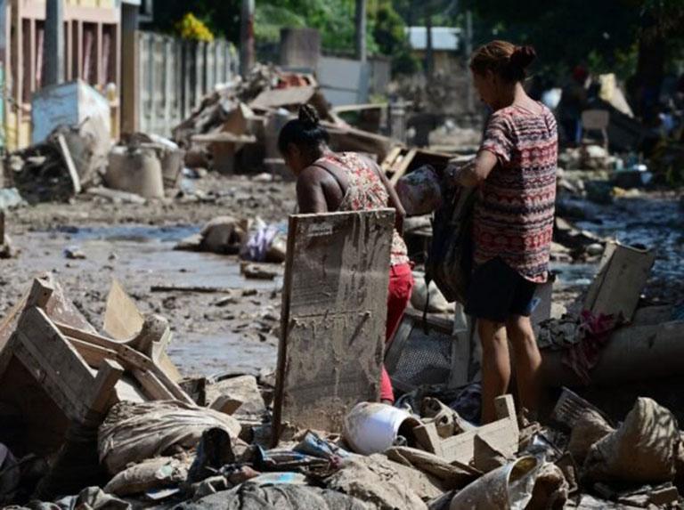 Gobierno le pidió a damnificados en Providencia, que no tienen ni comida, recoger escombros